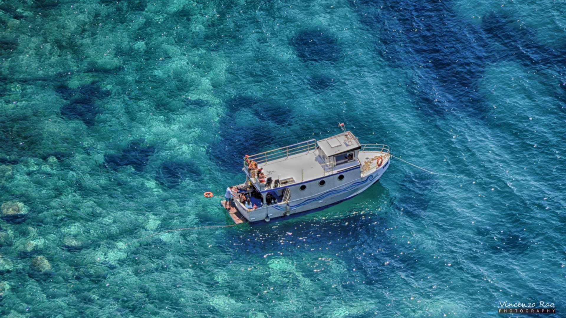 La nostra barca Tornado ormeggiata nella baia di Naxos